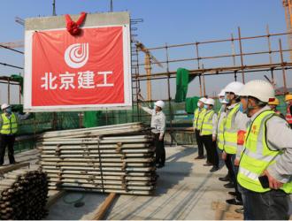 北京建工怀柔区富密路项目二标段预制构件率先完成首件吊装